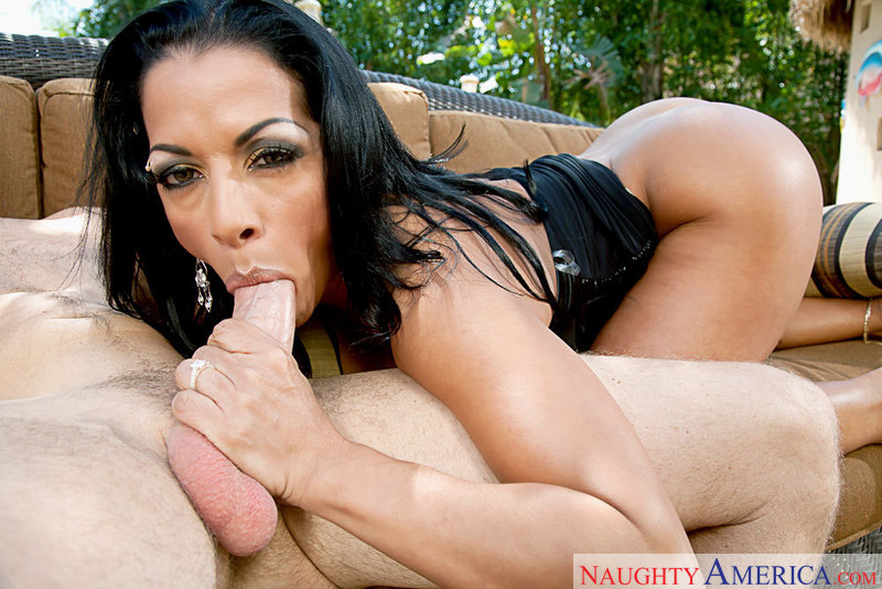 Sexy latina gets her leakage pussy fucked outside